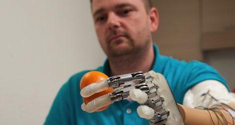 EPFL helps pioneer 'feeling' bionic hand