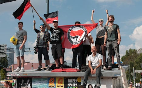 Protesters stop neo-Nazi march after 200 metres