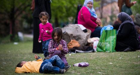 Syrian refugees set up home in Paris park