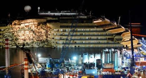 Flotation tank falls off Concordia wreck