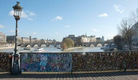 Paris: Town Hall refuses to ban love locks