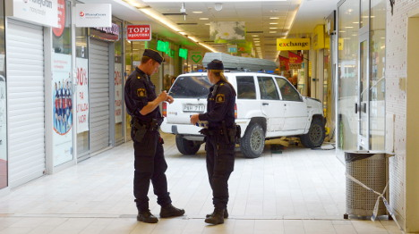 Men flee after crashing car into jewellers
