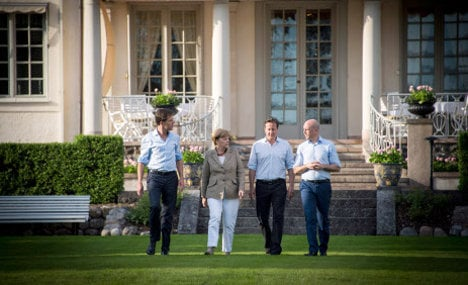 Merkel gives gentle backing to Juncker