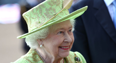 Cheering crowd greets Queen in France