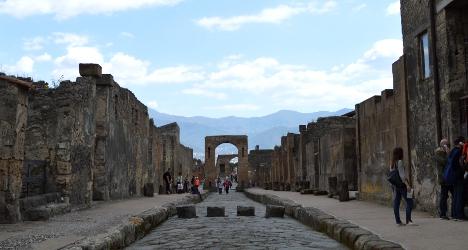 Tourist wanted Pompeii tiles as 'souvenir'