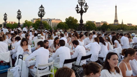 Paris: Thousands dine out in culinary flash mob