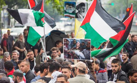 Pro-Gaza, Israel marches choke city centres