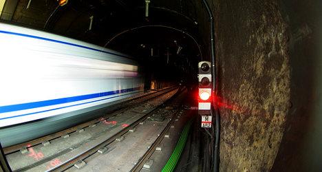 Madrid Metro breakdown: Passengers walk tracks