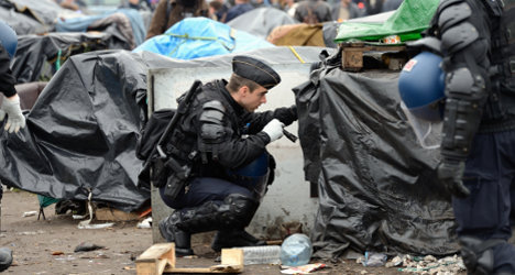 Calais targets migrants by banning camps