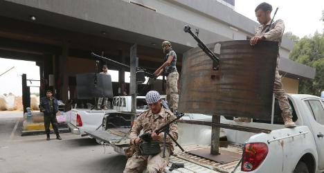 Renzi calls for ceasefire as Italians flee Libya