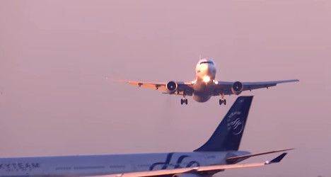 Air traffic controllers 'sorry' over near miss