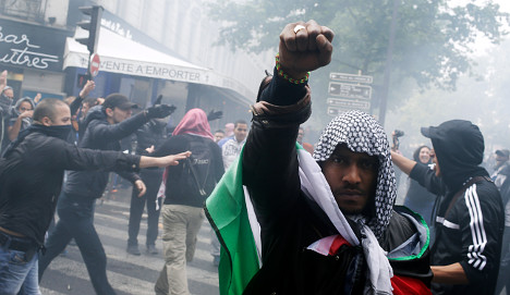 Anti-Israel protesters storm Paris synagogues