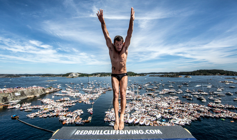 VIDEO: Cliff divers leap into Norway fjord