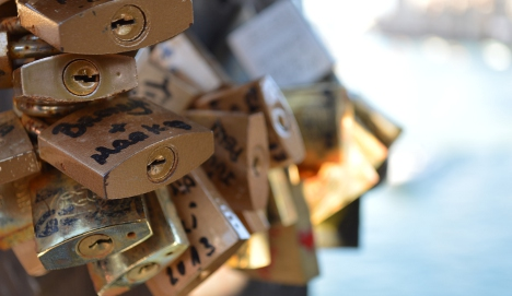 Venetians fight to rid city of 'disgusting' love locks