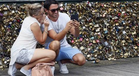Paris tourists defy anti-love locks crusade