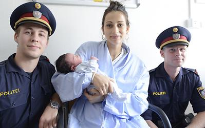 Traffic cops help deliver baby boy