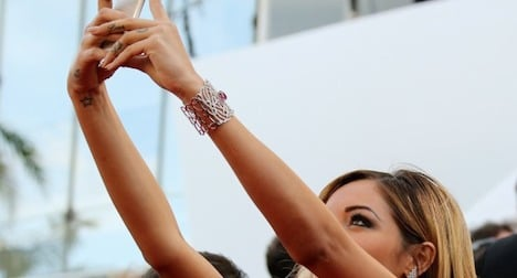 Nude selfies secretary agrees to step down