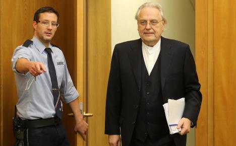 Art dealer on trial for swindling Aldi heir