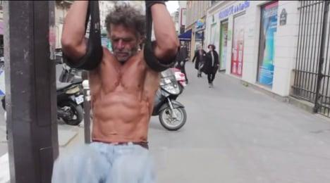 Homeless bodybuilder turns Paris into gym