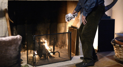 Minister wants to ditch Paris ban on log fires
