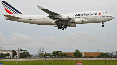 Fruit forces Paris flight into emergency landing