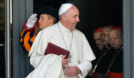 Pope gives sleeping bags to Rome homeless