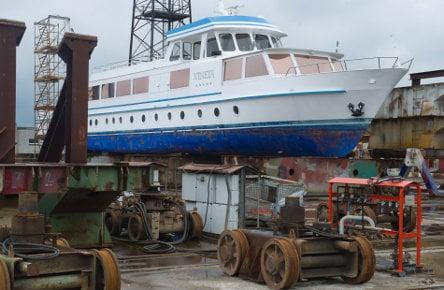 'Plug-ugly' Honecker yacht fetches €130,000