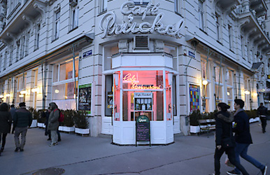Lesbians thrown out of Vienna cafe for kissing