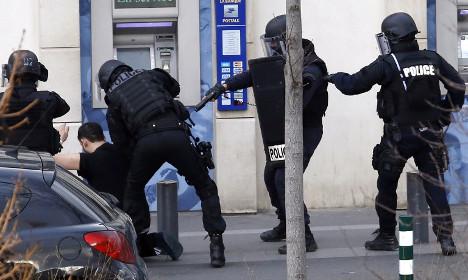 Gunman arrested after Paris post office drama