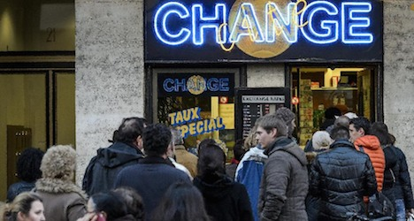 Soaring franc causes queues at FX counters