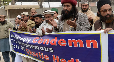 Pakistanis burn French flag in Charlie Hebdo row