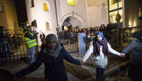 Muslims form 'ring of peace' at synagogue
