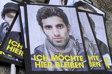 Thousands of lost children reach Austria