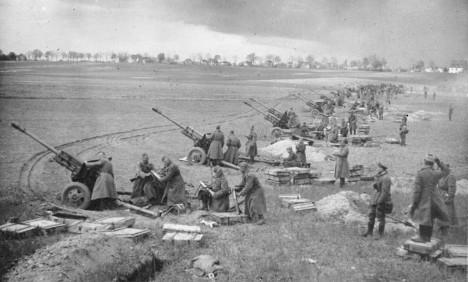 Soviet soldiers burst through 'Gates to Berlin'