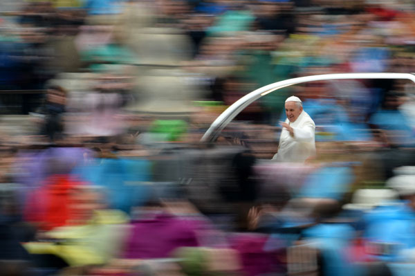 At Easter, pope urges end to 'absurd violence'