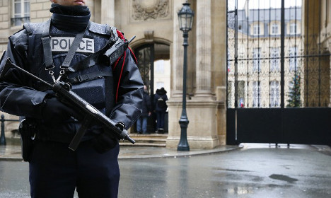 Elysée guards 'sick of heavy and sweaty gear'