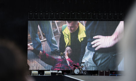 Foo Fighters singer in Swedish stage fall