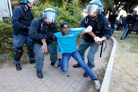 Police clear migrants at Franco-Italian border
