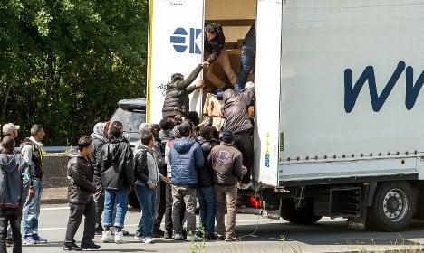 UK boosts border checks for Calais migrant crisis