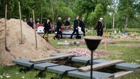 Activists begin wave of refugee burials in Berlin