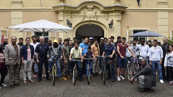 Police give asylum seekers bike training