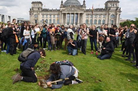 Demonstrators dig migrant 'graves' in Berlin