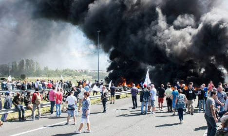 French strikers provoke more Calais travel chaos