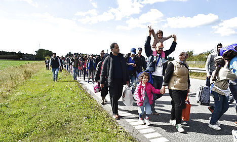 Refugees try to walk from Denmark to Sweden