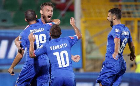 De Rossi fires Italy top after Bulgaria win