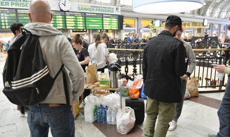 Stockholmers gather to welcome refugees