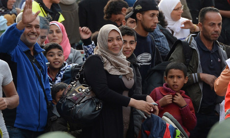 First 200 refugees arrive in France from Munich