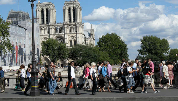 Paris reveals 12 zones for late-night shopping