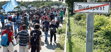 800 refugees block Austrian highway