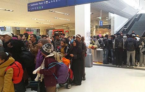 Migrants leave Salzburg on foot as trains stop